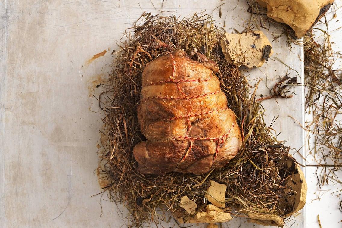 Lammschlögel in Heu gewickelt und in Ton gebraten, Lamm, Fleisch, Wiesenheu, Ton, Braten, Servus Rezept