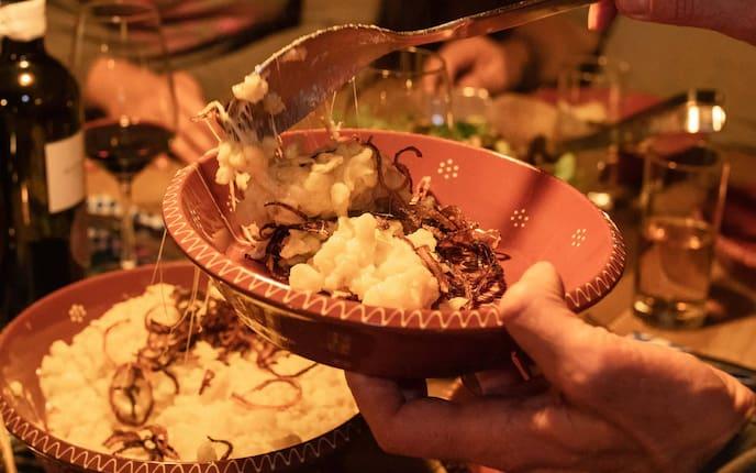 Kässpatzen, Kasspätzle, Käsespätzle, Nockerl mit Käse, Röstzwiebel, Servus Rezept, Hüttenrezept