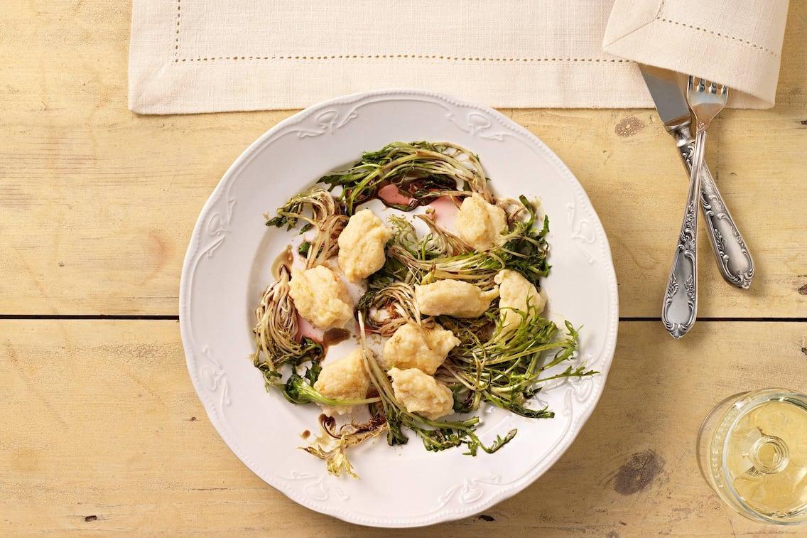 Sauerrahmnockerln mit geschmortem Friséesalat, Sauerrahm, Nockerl, Salat, Salatzrezept, Servus Rezept