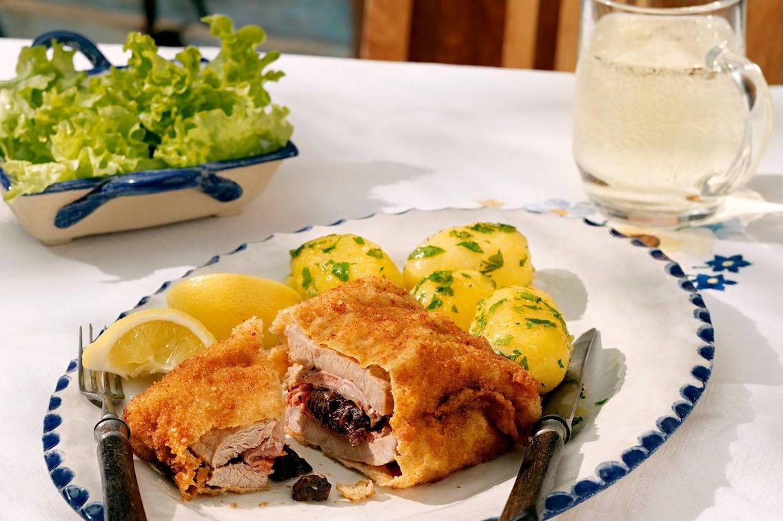 Salzkammergut-Schnitzel, Schnitzel, Speck, Dörrzwetschken, Petersilerdäpfel, grüner Salat, weißer Spritzer, Servus Rezept