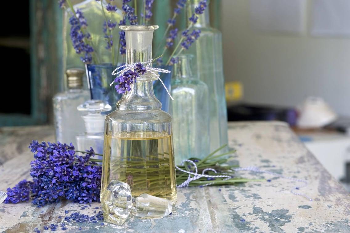 Aus Lavendelöl und Natron Waschmittel herstellen (Bild: Mauritius Image)