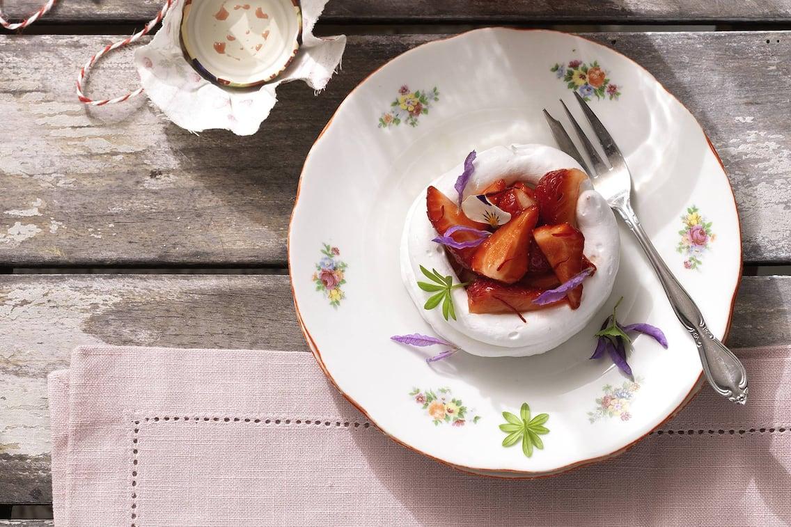 Baiser mit Erdbeeren (Bild: Eisenhut & Mayer)
