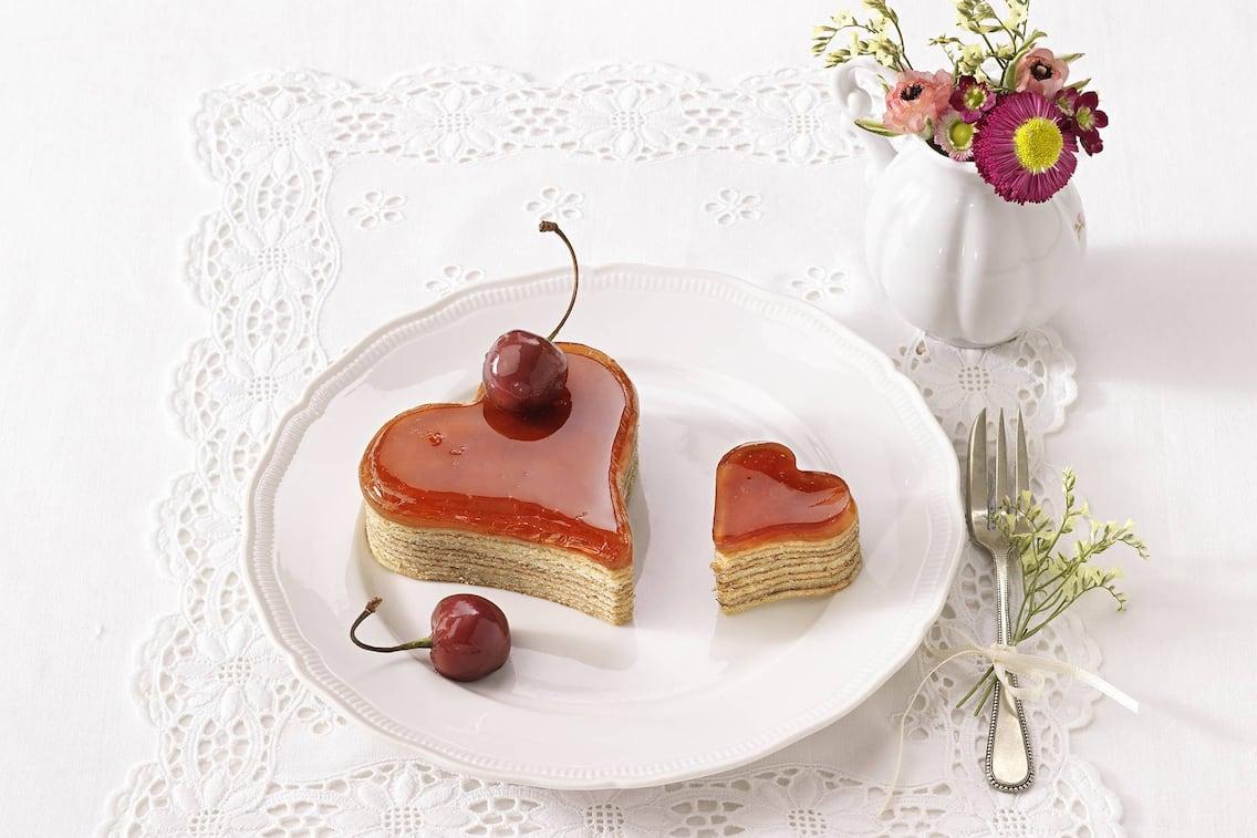 Baumkuchen, Baumkuchen in Herzform, Kirsche, Vase mit Blumen
