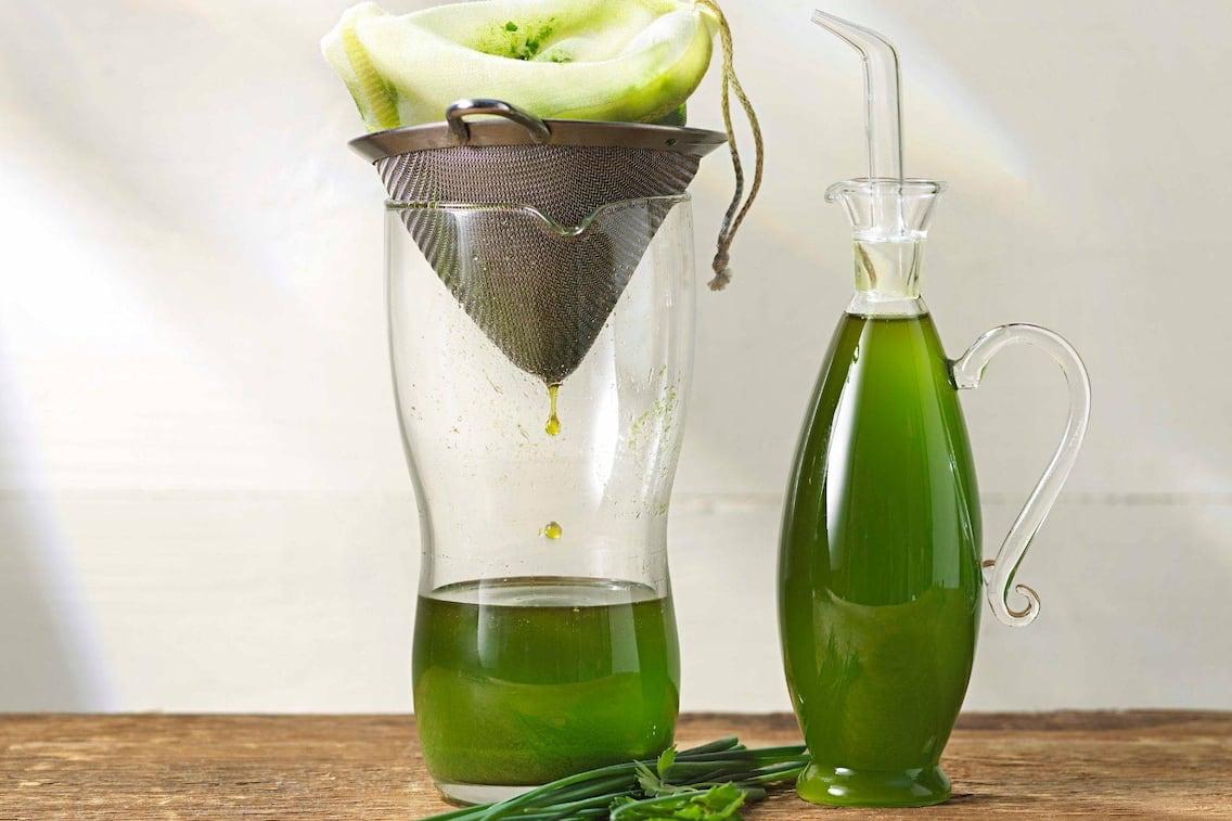 Kräuteröl, grünes Öl, gefiltertes Öl, Öl, Kräuter, Krug, Sieb, Karaffe, Flasche, Servus Rezept