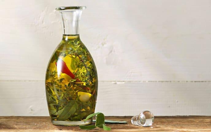 Flasch, Knoblauch, Kräuter, Öl, Servus Rezept