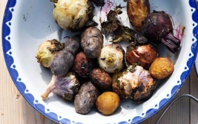 Gemüse, gegrilltes Gemüse, Erdäpfel, Knoblauch, Knoblauchknollen, Zwiebel, Rüben, Chioggia-Rüben, weiße Rüben, Kräuter, Brot, Karotten, Holztisch, Schüssel, Olivenöl