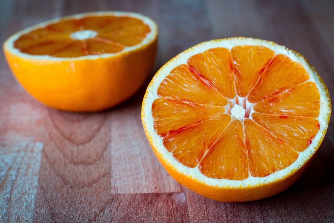 Orange, Holzbrett