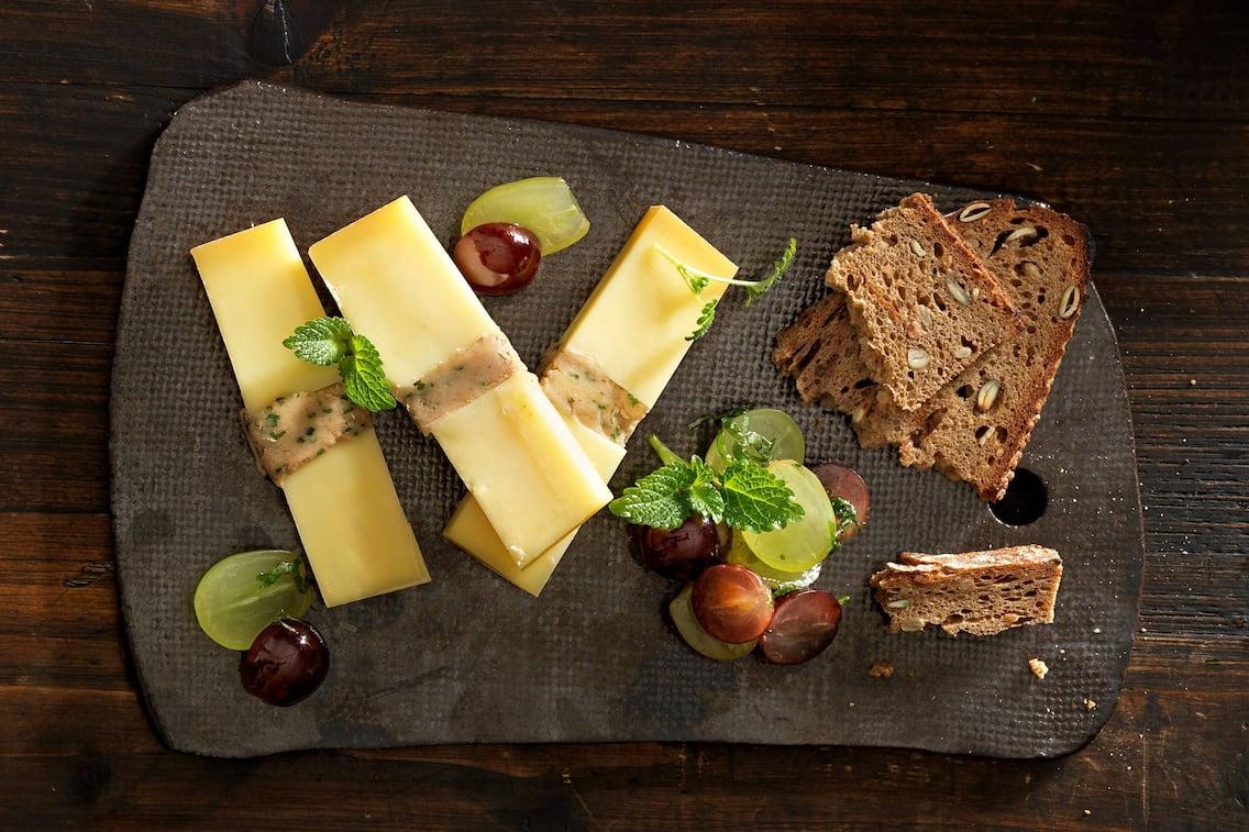 Gefüllter Bergkäse mit Maronipaste und Weintrauben (Bild: Eisenhut & Mayer)