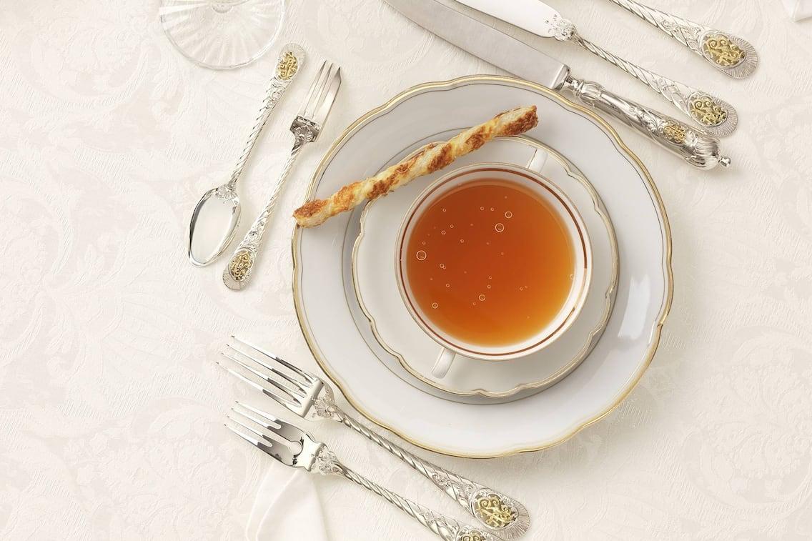 Suppe, Rindsuppe, Bouillon en Tasse, Blätterteig-Käsestangerl, Rezept