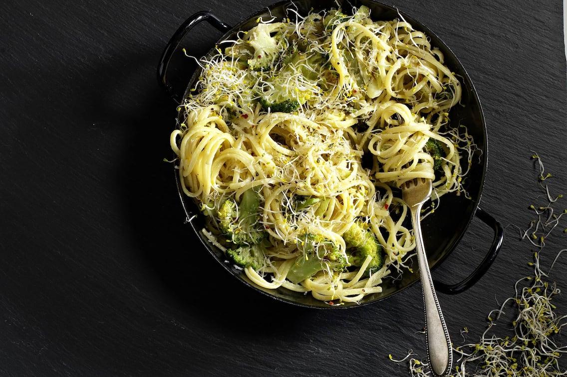 Brokkoli, Nudeln, Sprossen, Eisenpfanne, Hauptspeise, vegetarisch, Servus Rezept