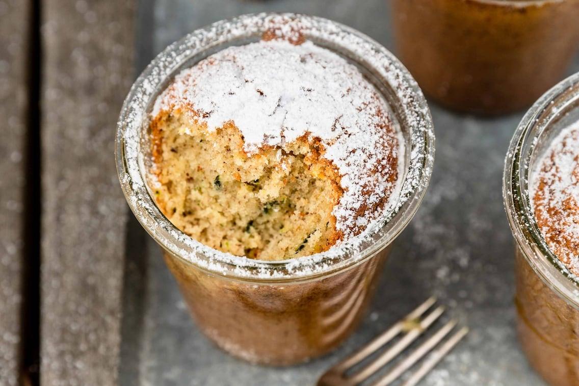 Zucchinikuchen im Glas, Puderzucker, Kuchen, Gabel, Rezept