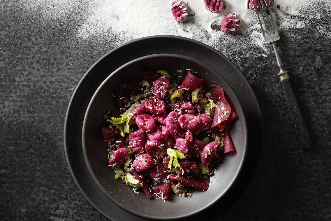 Rote Erdäpfelgnocchi, Stangensellerie, geriebener Käse, Hauptspeise, Servus Rezept