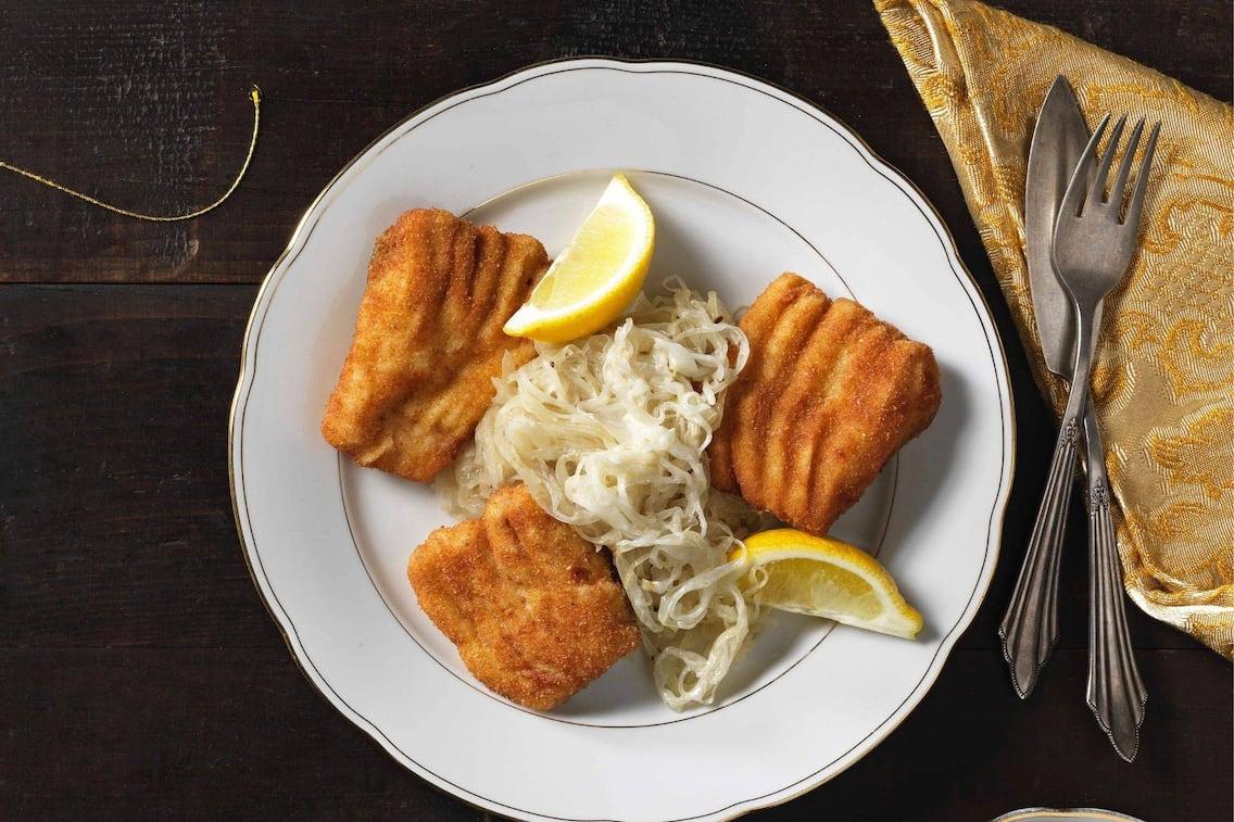 Gebackener Fisch, Sauerkraut, Zitronenspalten, Karpfen, Fisch, Servus Rezept, Hauptspeise