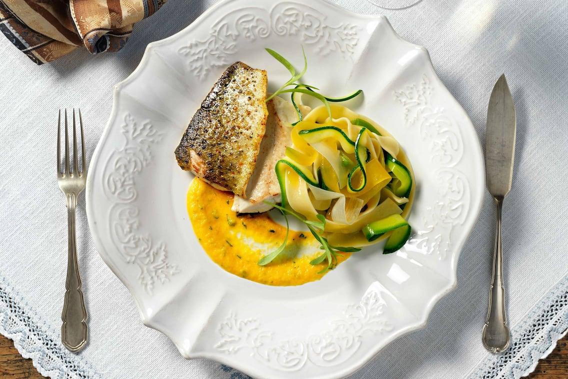Forellenfilet, Karotten Estragon Creme, Gemüsenudeln, Zucchininudeln, Fischrezept, Servus Rezept