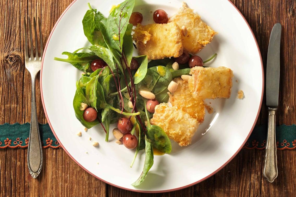 Gebackener Schafskäse auf Spinatsalat (Bild: Eisenhut & Mayer)
