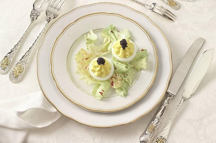 Gefüllte Eier auf grünem Salat, gefüllte Eier, Salat, Servus Rezept