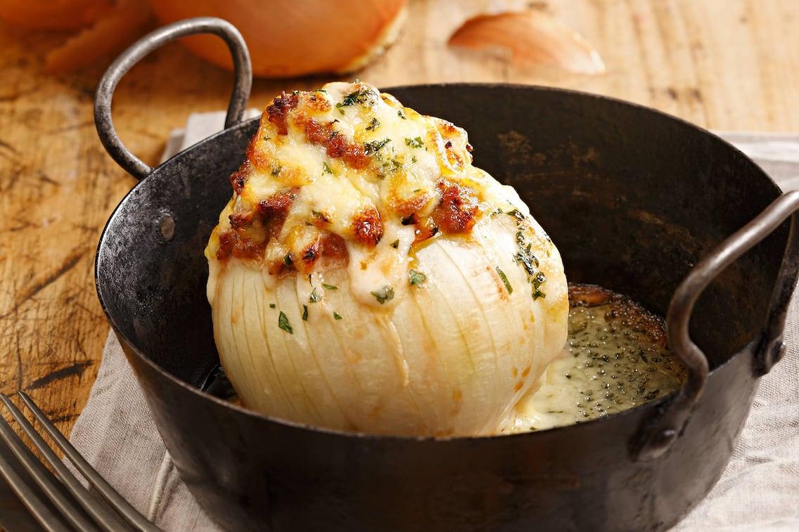 Rezept gefüllte Zwiebel mit Käsesauce (Bild: Eisenhut & Mayer)