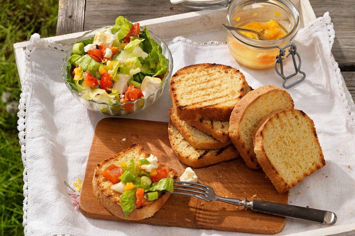 Geröstetes Maisbrot, Paprika, Schafkäse, Salat, Servus Rezept