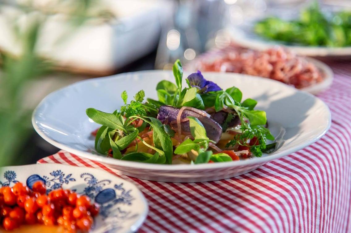 Erdfrüchtesalat mit Speck-Heu (Foto: Matthias Jurkovicts)