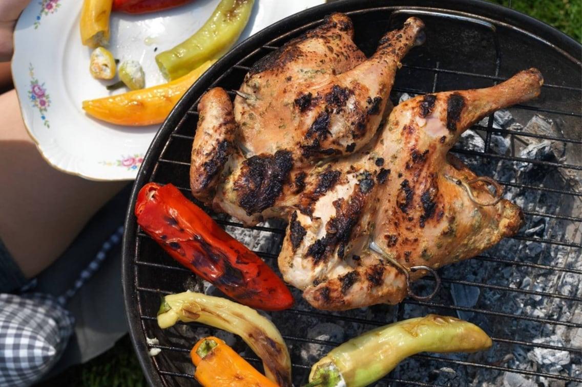 ganzes Hendl in Joghurt und Gartenkräutern, Huhn, Fleisch, Paprika, Spitzpaprika, Grill, Teller, Spieße, Servus Rezept