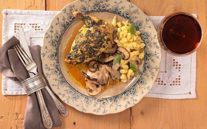 Gebeizte Hühnerbrust, Hühnerbrust, Kräuter, Erdäpfelspatzen, Pilze, Pilzgröstl, Rotwein, Holztisch, Besteck