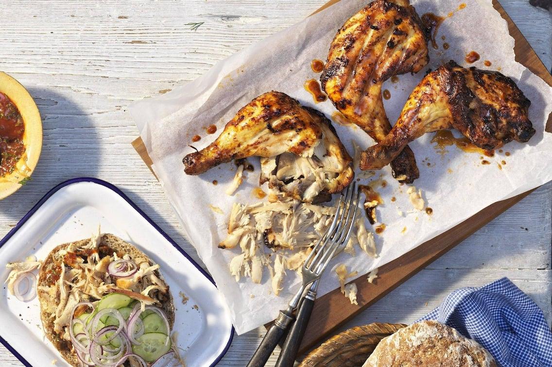 Gegrillte Hühnerbeine, Brot, Zwiebel, Gurken, Hauptspeise, grillen, Servus Rezept