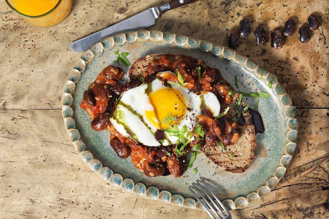Käferbohnen, Paradeisersauce, geröstetes Brot, Spiegelei, Kernöl, Orangensaft, Frühstück, Servus Rezept