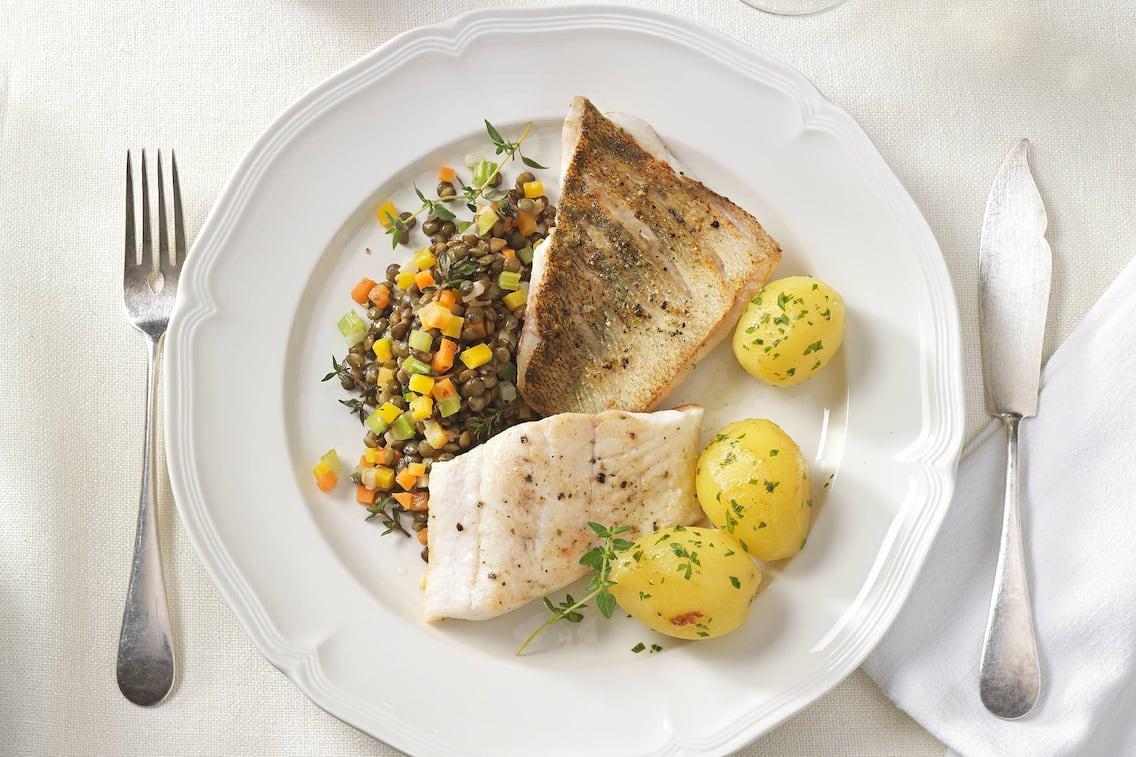 Zander, Fisch, Kartoffel, Gabel, Fischmesser, Linsengemüse, Erdäpfel, Teller, Serviette