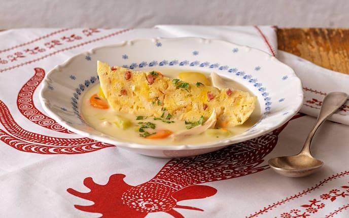 Suppenteller, Knödel, Gemüse, Tischdecke, Löffel