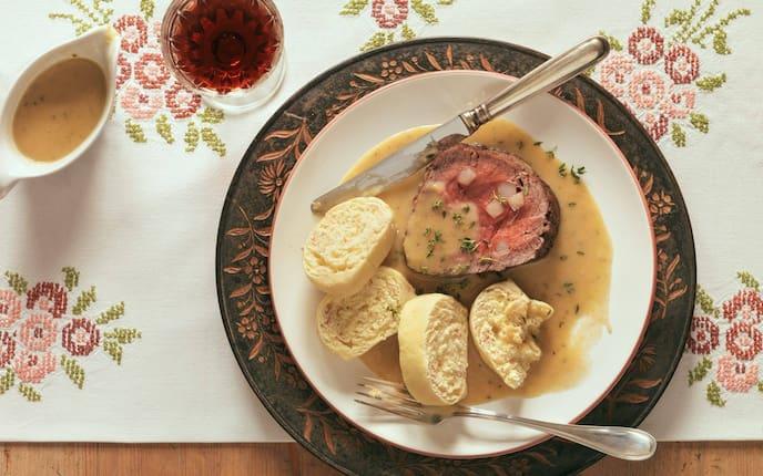 Rindslungenbraten, Böhmische Knödel, Tischdecke, Besteck, Sauce