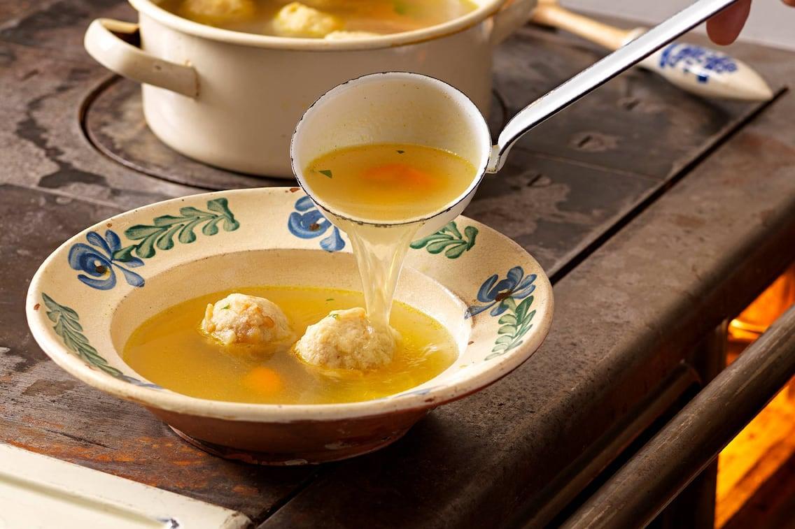 Suppenteller, Kelle, Knödel, Karotten, Holzofen