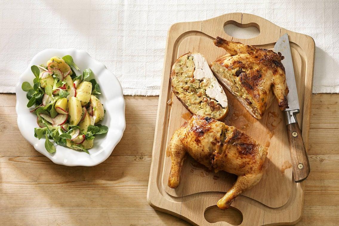 Huhn mit Mandelfülle, gebratenes Huhn, Semmefülle, Hähnchen, Salat, Grillhuhn, Hühnchen Rezept, Servus Rezept