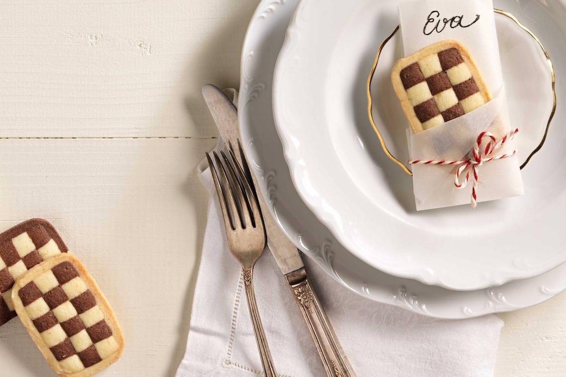 Tischkärtchen aus Schwarz-Weiß-Gebäck (Bild: Eisenhut & Mayer)