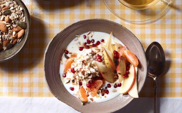 Birnen, Mandarinen, Granatapfelkerne, Getreideflocken, Milch, Müsli, Frühstück, Servus Rezept