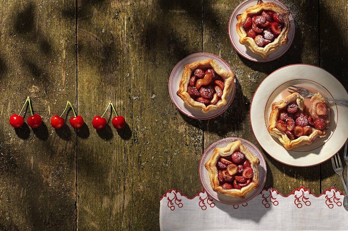 Kirschtörtchen mit Marzipan, Nachspeise Kirschen, Kirschen, Marzipan Törtchen, Mürbteig, Servus-Rezept