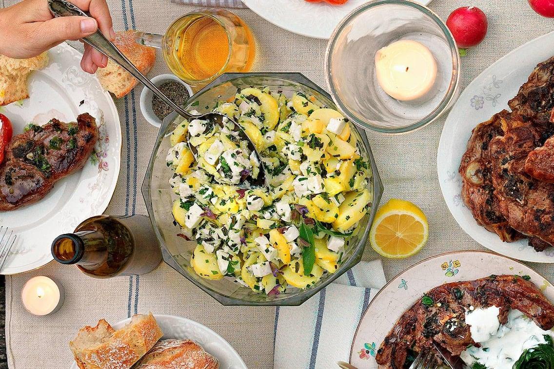 Kräuter, Erdäpfelsalat, Kartoffelsalat, Schafkäse, Feta, Grillfleisch, Bier, grillen, Servus Rezept