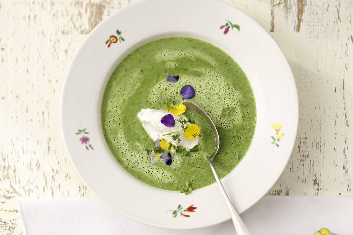 Kräutersuppe, Suppe, grüne Suppe, Rahm, Blüten, Rezept