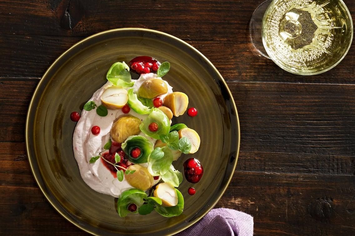 Maroni-Kohlsprossen-Salat mit Preiselbeerschaum (Bild: Eisenhut & Mayer)
