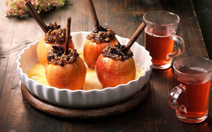 Bratapfel, Zimtstangen, Anisstern, Tee, Holztisch, Nüsse