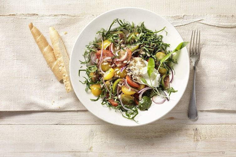 Paradeisersalat mit Bärlauch und Ziegenfrischkäse, Tomatensalat, Bärlauch, Ziegenkäse, Ziegenfrischkäse, Frischkäse, Salatrezept, Servus Rezept