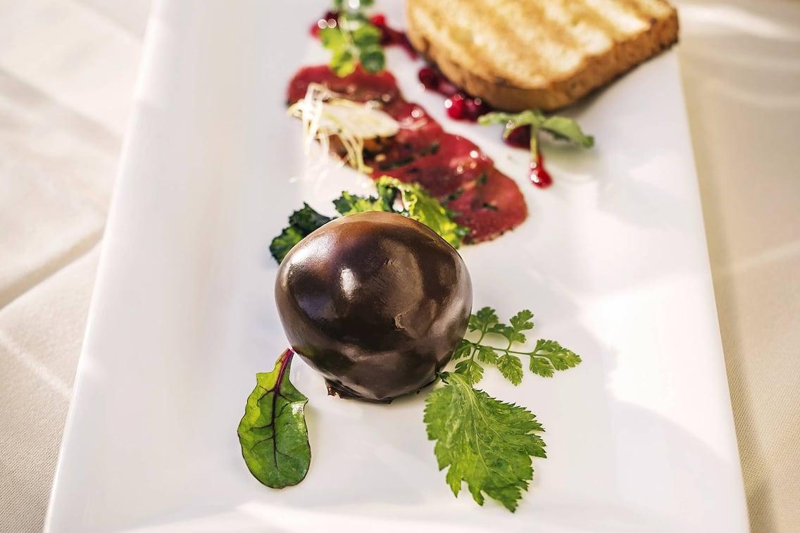 Pikante Mozartkugel mit Reh-Carpaccio und Sauce Cumberland, Wildrezept, Wildfleisch, Schokolade, Cumberlandsauce, Servus Rezept