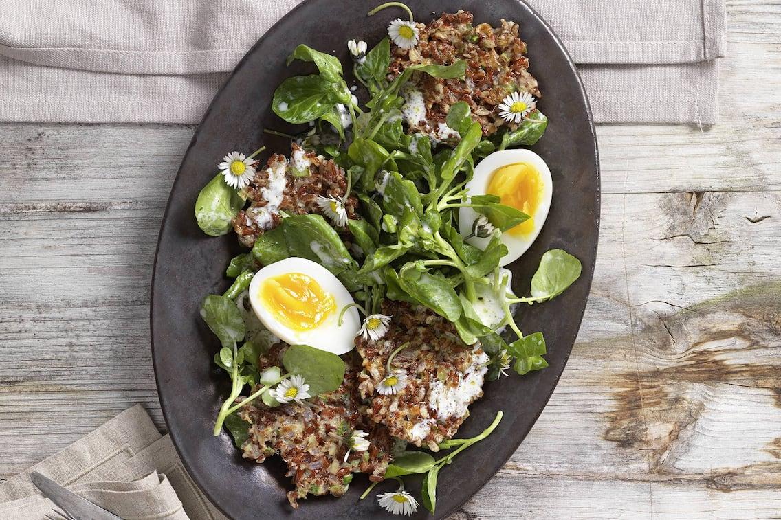 Knusprige Reislaberln mit Brunnenkresse-Frühlingssalat, Reislaibchen, Reis, vegetarische Laibchen, Salat, Gänseblümchen, hartgekochtes Ei, Servus Rezept