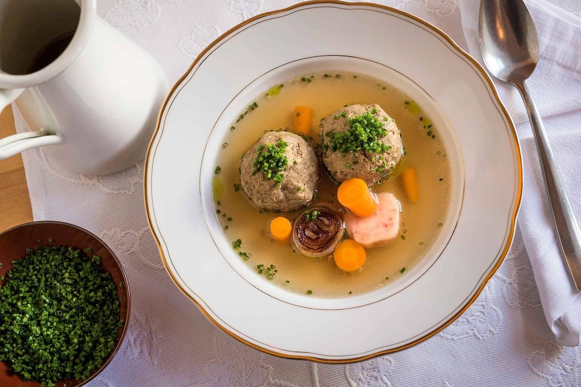 Rindsuppe mit Leberknödel, Suppengemüse und Mark (Bild: Philip Platzer)