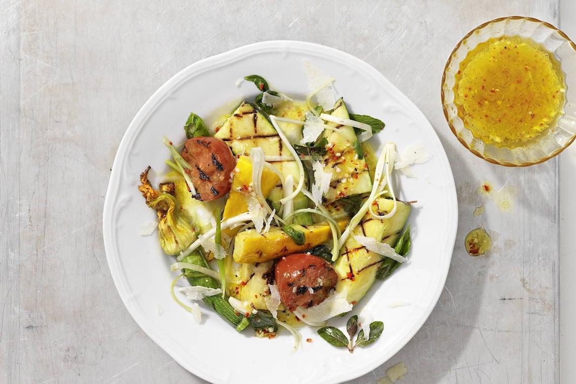 Zucchinisalat, gegrillt, Tomaten, Zuchhiniblüten, Marinade, Parmesan, Servus Rezept