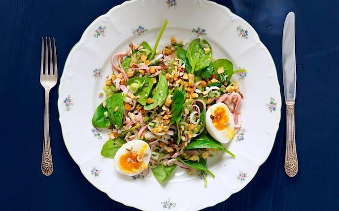 Junger Spinat, gehackte Nüsse, Schinken, hartgekochtes Ei, Salat, Servus Rezept