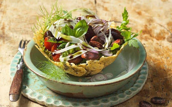 Käferbohnen, Salat, Basilikumblätter, Tomaten, Parmesankorb, Servus Rezept