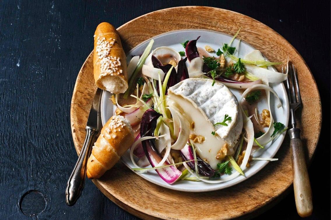 Salzstangerl, geschmolzener Käse, Salat, Teller, Vorspeise, Servus Rezept