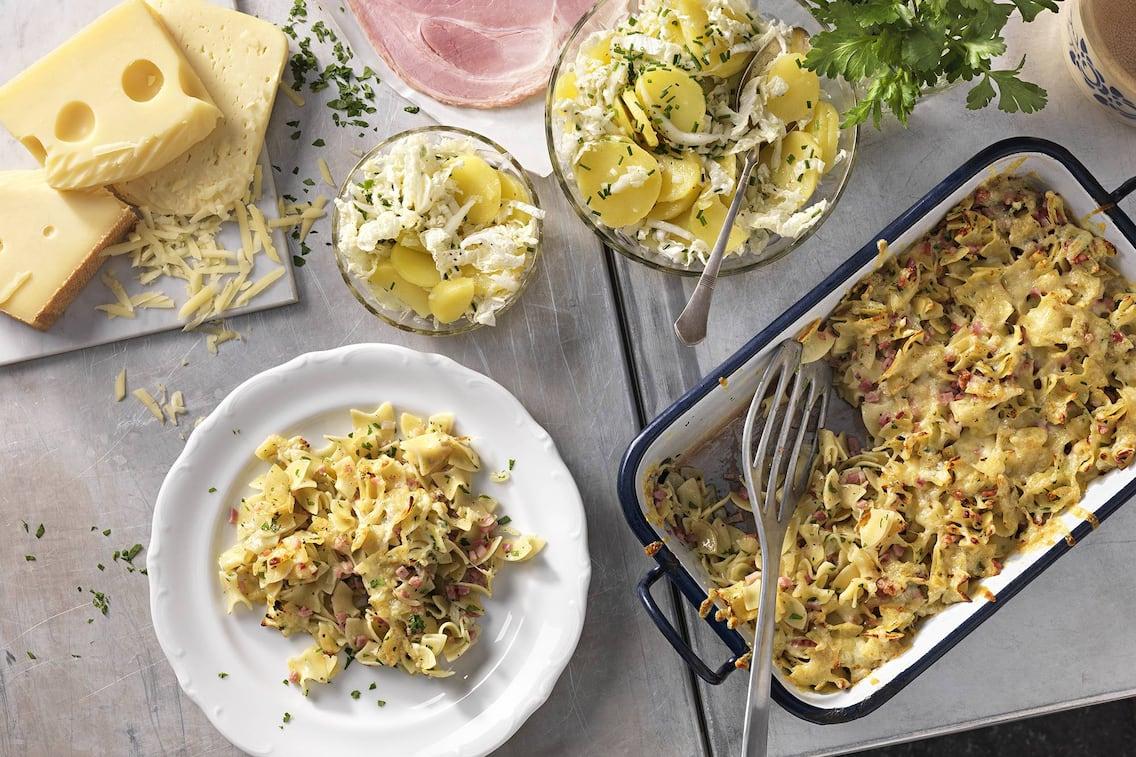 Überbackene Schinkenfleckerl mit Erdäpfel-Salat (Bild: Eisenhut & Mayer)