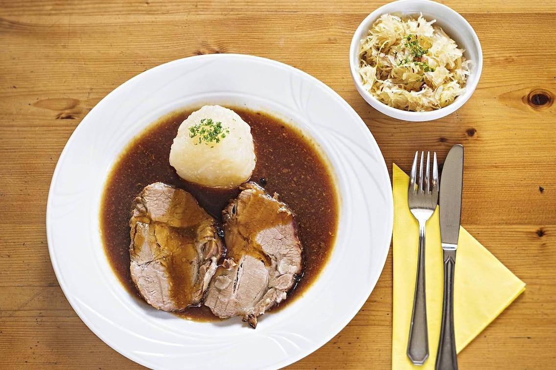 Schweinsbraten mit Kartoffelknödeln und Sauerkraut (Bild: Christof Wagner)