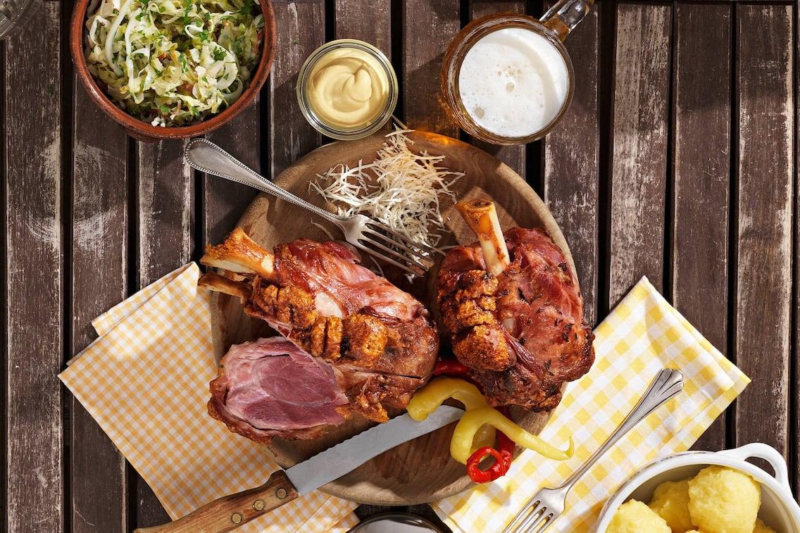 Schweinshaxe mit Speckkraut und Kartoffelknödel (Bild: Eisenhut & Mayer)